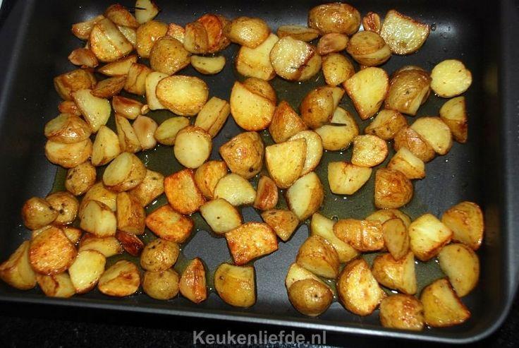Deze heerlijke rozemarijn aardappels met knoflook uit de oven zijn simpelweg verrukkelijk! Zacht van binnen en knapperig en krokant van buiten.