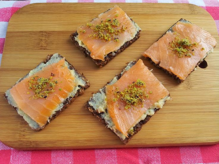 Il quaderno di Chiaretta: Tartine nere al salmone e carciofi In un vassoio misto di tartine, queste spiccheranno per colore e sapore.