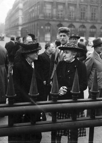 Robert Doisneau // Paris, femmes conversant, place Vendôme, vers 1950.