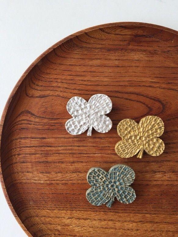 陶器 ブローチ  クローバー シルバー、グリーングレイ、ゴールド