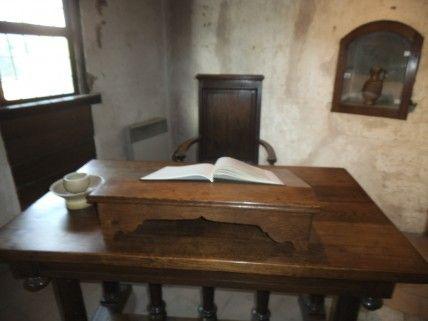 Prieuré St-Cosme: L'oraison funèbre est prononcée par son ami Jacques Du Perron, et un Requiem de Jacques Mauduit est exécuté pour la 1° fois en cette occasion. En 1586 paraît le Discours sur la Vie de Ronsard, oeuvre de son 1° biographe Claude Binet.