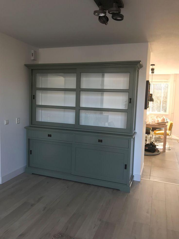 Mooie buffetkast met grote laden met moderne invallende handgrepen in het Engels groen. Het facetglas en de paneel achterwand geven deze kast rijke uitstraling en een is een plaatje in je interieur.