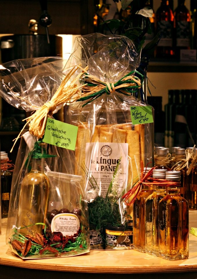 SCHOTTISCHES GOLD  Bei BARRIQUE gibt es viele kulinarische Spezialitäten und eine riesige Auswahl an verschiedenen Whiskey-Sorten. Zum Vatertag werden einige Präsentideen angeboten. Z. B. die schottische Versuchung (Single Malt Whiskey-Kugeln), Vaters Brotzeit (Crossinis und Brotaufstriche) oder das Whiskey Probierset.