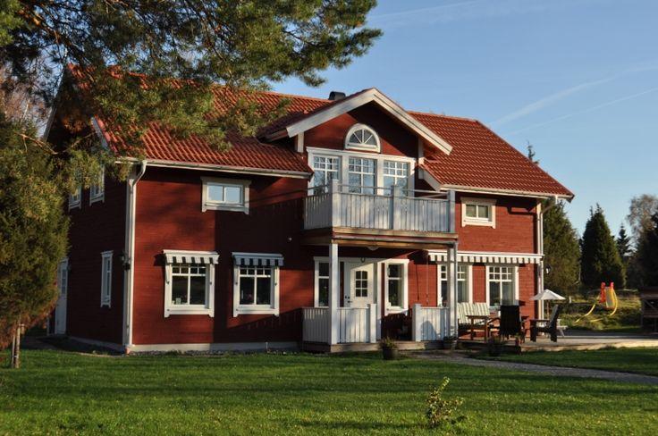 Morkullan är ett klassiskt hus byggt utifrån tradition och ekonomi, med en modern och tidsenlig planlösning kombinerat med ett stilrent utseende.