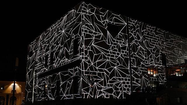 La superficie del Leopold Museum di Vienna viene traformata tridimensionalmente dagli artisti del collettivo Urbanscreen.  http://www.archisnack.com/2011/11/664/
