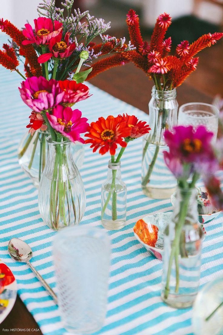 12-decoracao-arranjo-flores-copos-garrafas-de-vidro-rosa-laranja-roxo
