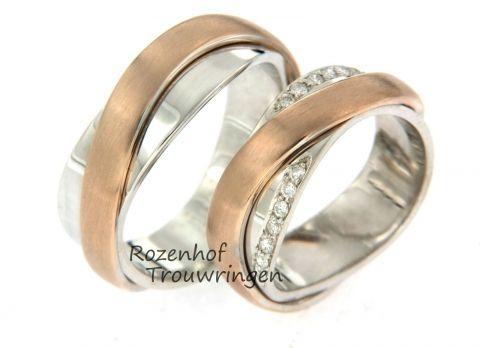 Exclusieve trouwringen uitgevoerd in wit- en roodgoud. De ring bestaat uit twee lagen die over elkaar heen lopen. De ringen zijn 6 mm breed. De damesring is bezet met twee velden vol schitterende diamanten met per veld 7 briljant geslepen diamanten van 0,07 ct. Ook is het mogelijk op 4 velden met diamanten te bezetten of 1 veld. Deze ringen kunt u personaliseren door middel van een vingerafdruk van u geliefde. Deze ringen zijn ook leverbaar in wit- en geelgoud. de ringen zijn verkrijgbaar in…