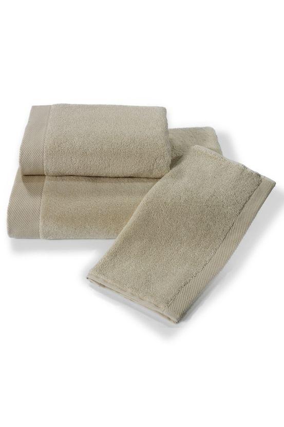 Jasnobeżowe ręczniki MICRO COTTON. Włókna z mikro bawełny mają większą chłonność i lepiej zachowują kolory, co oznacza, że ręczniki pozostaną takie same nawet po długim czasie.
