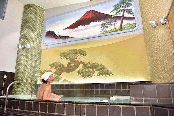 お笑い界一の銭湯lover エレキコミック やついいちろうが体を張って東京都内のオススメ銭湯をリコメンド! 連載第二回は、女性にもぜひ行ってほしい、おしゃれな銭湯をセレクト。寒〜い日は、銭湯デートもいいかもね!