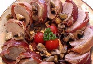 Plátky slaniny naskládám na prkýnko tak, aby se částečně překrývaly. Na ně kolmo položím pokud možno podlouhlý špalíček masa. Maso osolím, opepřím, po...