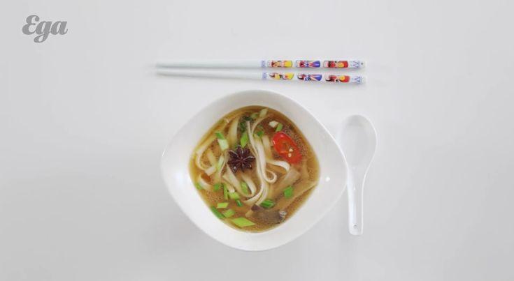 Лапша удон с курицей, вешенками и зеленым луком. В этот суп можно также добавлять сваренные вкрутую яйца и вообще все, что нашлось в доме (имеется в виду еда, конечно). Это что-то вроде конструктора, в котором можно долго копаться, вылавливая новые сюрпризы. http://on.eda.ru/teRh