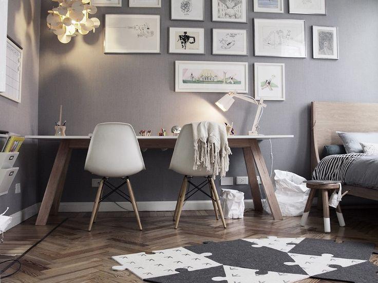 Schaut euch hier nicht unbedingt die Möbel an, sondern die Wandfarbe - ein zartes, schmeichelndes Grau als Tapete oder gestrichen wirkt sehr gut mit Holz, weiß (den Eames Stühlen) und schwarz.