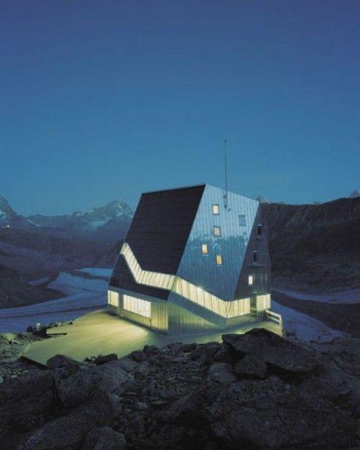 Essa cabana futurista fica isolada no Monte Rosa, na Suíça. Diversas empresas se uniram para construir essa casa no meio das montanhas. A construção é um modelo de eficiência energética e economia de recursos. É um belo edifício, e amigo do meio-ambiente. Feita de aço inoxidável, alumínio e madeira, 90% das necessidades energéticas da casa são supridas através de energia solar.