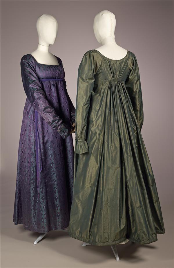 1810 Japon van donkergroene met groen changeant tafzijde met verhoogde taille, rokzoom verdikt als 'rouleau'