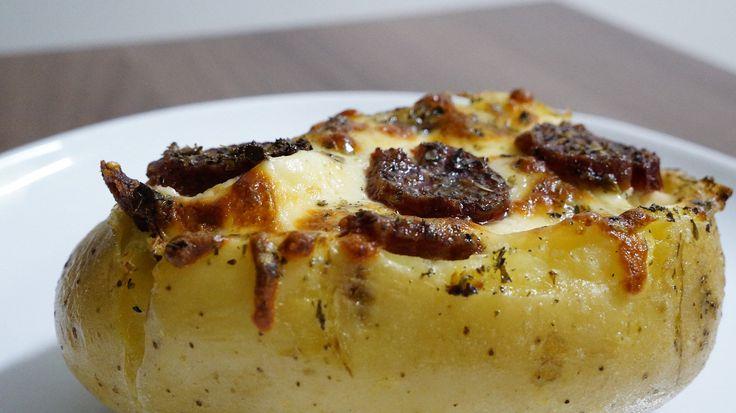 Essa receita fácil de Batata Recheada, é típica do Sul do Brasil, mais precisamente em Santa Catarina, no Vale do Itajaí. Ela se tornou popular devido a Oktoberfest, realizado em Blumenau/SC. Essa é uma daquelas receitas bem gordinhas, com bastante sustância! EIN PROSIT DerGemütlichkeit ( Um brinde ao conforto).  Batata Recheada 2 Batatas grandes 50g de Mussarela 50g de Parmesão 100g de Linguiça 50g de Requeijão ou Cream Cheese Azeite de oliva Sal, pimenta e temperos a gosto.  Preparo…