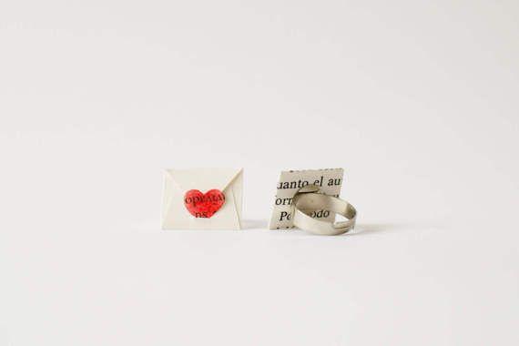 Anello di carta riciclata fatta a mano personalizzato con il tuo messaggio, canzone o qualsiasi altra parola che hanno un significato speciale per voi. Sicuramente sarà un regalo unico e indimenticabile.  Anello di carta con la forma di una busta e la chiusura di un cuore rosso di carta piccoli.  Lanello è regolabile ed è protetto dallumidità con vernice ecologica.  Scegli la finitura che ti piace dal menu a discesa. Una volta posto il vostro ordine aggiungere il messaggio che vuoi farmi…