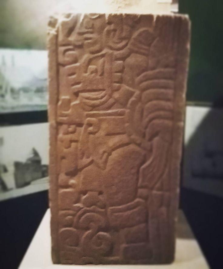 #Relieve con la figura de #Tezcatlipoca. Uno de los relieves más #antiguos donde se puede identificar a la #deidad debido a su pierna descarnada. #Museo Jorge R #Acosta. #Tula #Hidalgo #museos #esculturaprehispanica #prehispanicos  #museum #antiquity #Mexico #sculpture  #mitos #mits