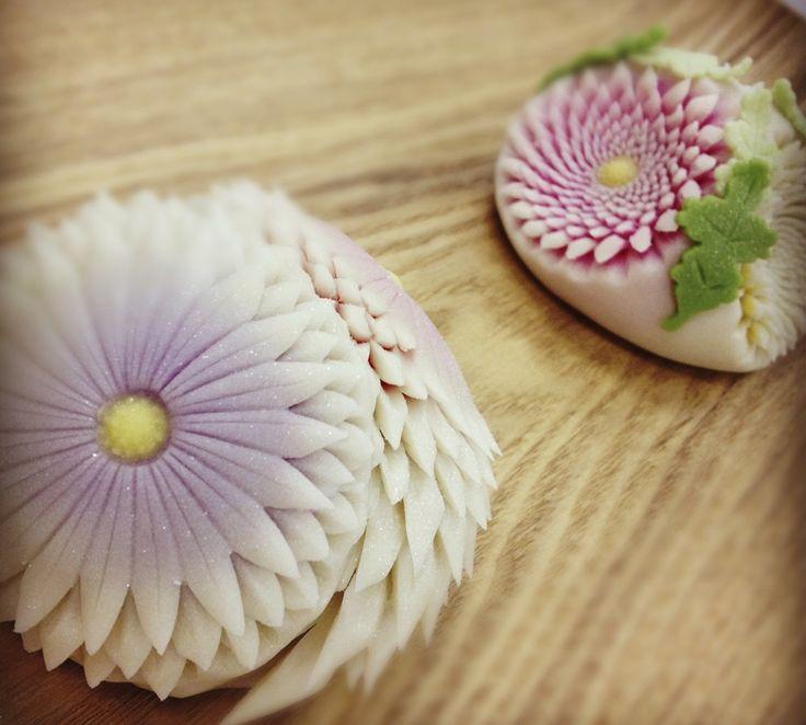 """日本人のおやつ♫(^ω^) 伝統の和菓子 Chrysanthemum scissors"""" cutting craft practitioners"""