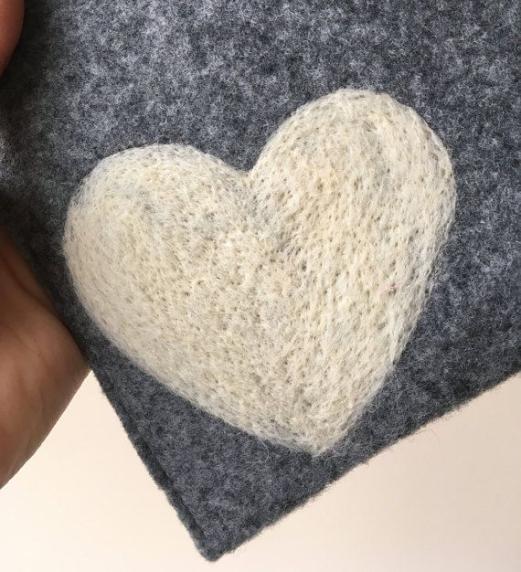 felt kindle cover. handmade kindle paperwhite case. kindle voyage etui with white heart. wool ereader case. gray amazon kindle cover. white heart dry felted