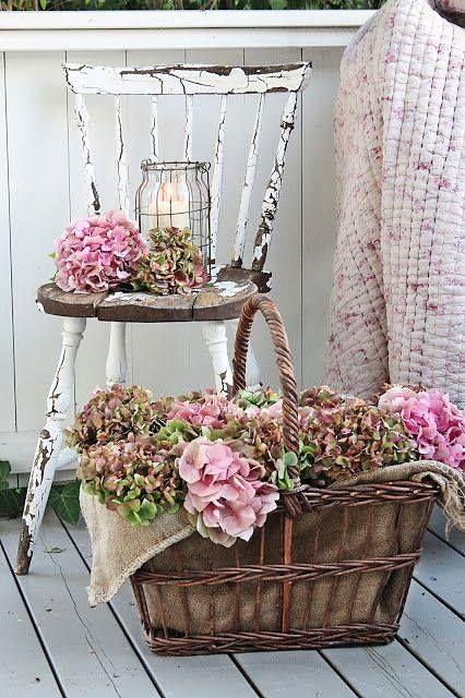 Blumenkörbe und weißer rustikaler Stuhl Rustikales Bauernhaus Küche & Moderne… – Jutta Rohloff