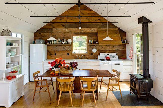 Деревянный интерьер кухни частного дома в скандинавском стиле