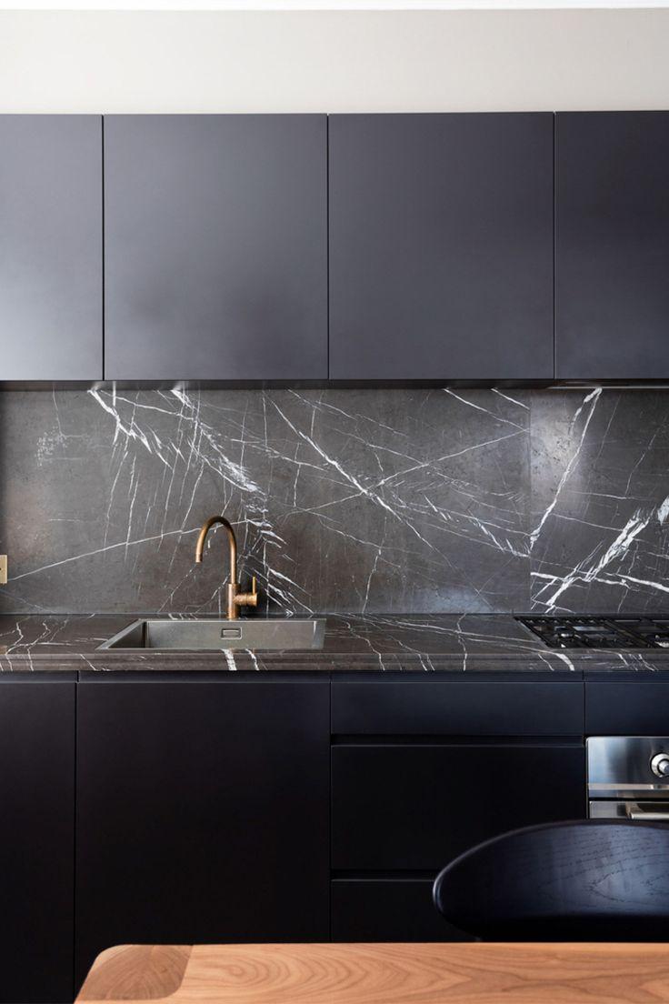 Hochwertig Schwarzer Marmor Küche Modern Minimalsitisch Messing Armatur #interiors