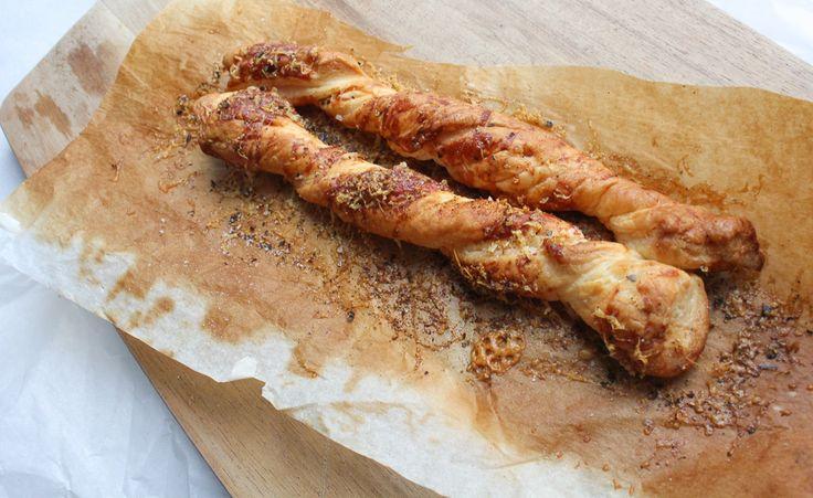 Deze broodstengels zijn misschien wel het lekkerste wat je kunt maken met restjes bladerdeeg. Makkelijk om te maken en superlekker bij de soep!