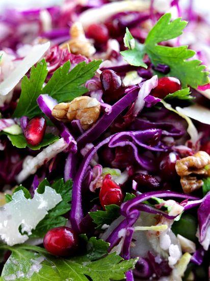 Det er råt, det er godt og det er fuld af hurtige vintervitaminer! Så snit bare rødkålen og tilsæt de dejlige ingredienser til sæsonens bedste råkostsalat.