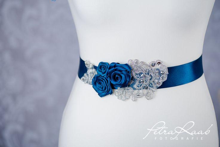 Brautgürtel - Brautgürtel Spitze Blüte in royalblau,blau G11 - ein Designerstück von Perle-Wismer bei DaWanda