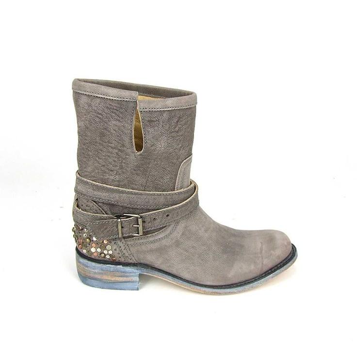 Super fraaie laarzen van het duurzame merk Sendra! Deze trendy boots hebben een prachtige leest en zijn helemaal van leer. Op de achterkant van de hiel studs in de kleuren zilver, brons en metallic. Over de wreef een riem die met een gesp is te stellen. Sendra boots online te bestellen bij Shoehoo en gratis thuisbezorgd. Kleur licht grijs.