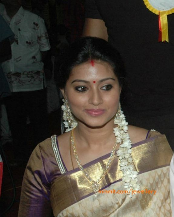 south_actress_sneha_wearing_diamond_necklace