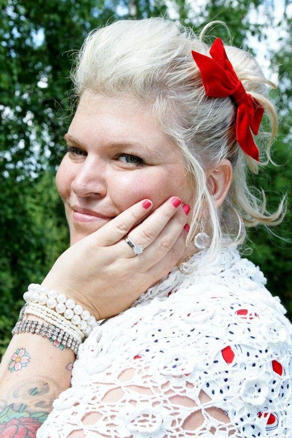 Veras vän tillverkade hennes smycken från vintagesmycken. [Veras friend made her recycled wedding jewelry.] Photo: Beatrice Borg Eriksson. #wedding #ecobride #bröllop