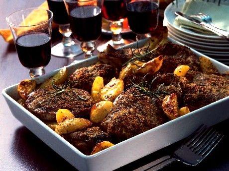 Recept på lammstek under rosmarin- och parmesantäcke med klyftpotatis. Be att få lammsteken sågad i drygt 2 cm tjocka skivor.