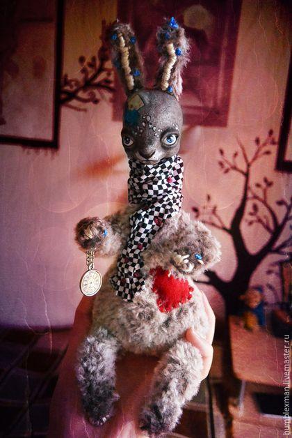Купить или заказать Alice? Rabbit в интернет-магазине на Ярмарке Мастеров. Заяц, считающий себя потомком белого кролика из Страны Чудес, выполнен из нежного искуственного меха (тело) и полимерной глины (голова). Имеет воротничок с шахматным рисунком (хлопковая ткань) украшенный французскими узелками. В лапе держит часы на цепочке. Голова расписана акриловыми красками с применением декупажа, лаком не покрыта (поэтому и нельзя мочить — отсылка к рекомендациям по уходу).