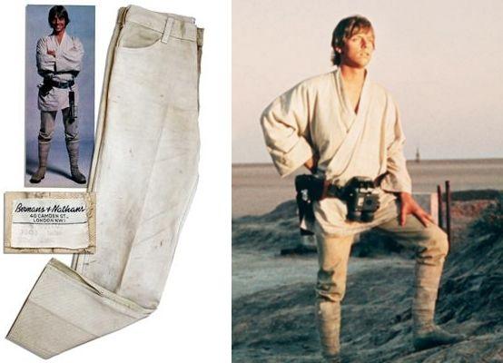 Хлопковые штаны Levi`s песочного цвета, которые Марк Хэмилл носил на съемках Star Wars, проданы на онлайн-аукционе в США. Киноэпопея умалчивает, откуда на планете Татуин взялся магазин Levi`s, однако теперь мы знаем точно – Люк Скайуокер предпочитал продукцию именно этого бренда. Доказательством зачисления данной пары в реквизит фильма служит бирка ателье: Mark Hamill/10490Luke/Star Wars.