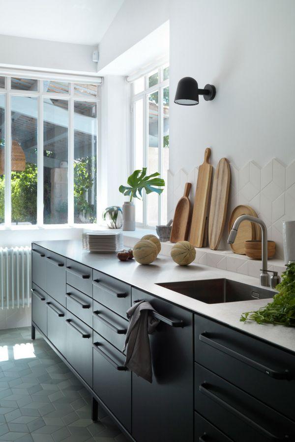 Schwarze Designer-Küche: Moderne Küche im skandinavischen Stil