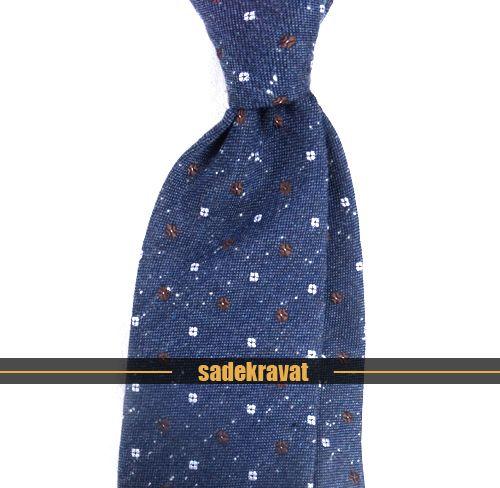 2015'in En yeni desenleri ve kumaşlarından oluşan yeni koleksiyonumuz yüzlerce yeni model ile güncellenmiştir Yepyeni yünlü kumaşlar, örgü kravatlar, keten ve ipek kravatlar www.sadekravat.com da      http://www.sadekravat.com/mavi-kahve-beyaz-kucuk-desenli-yunlu-kravat-4842