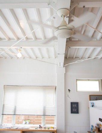 天井のペンキも斎藤さん。「シーリングファンや電球などの電気関係工事はプロの方にお願いしました」