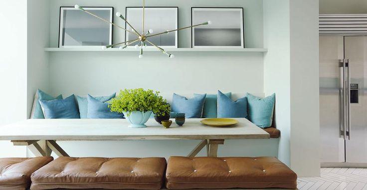 l'appartamento di Faye Toogood, stylist e interior designer londinese tra le più quotate. Nel living un tavolo anni 60 con lo scheletro di un pipistrello. La lampada a stelo in metallo è dell'antiquario inglese Philip Thomas #design