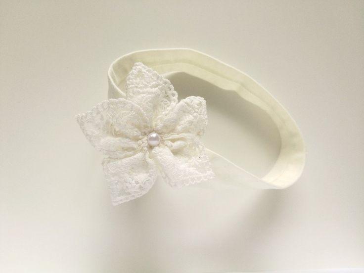 Opaska koronkowy kwiatek z perełką ecru na chrzest - MadebyKaza - Opaski dla niemowląt