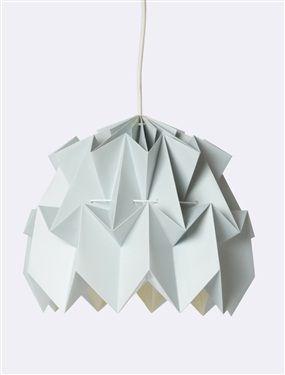 Cette suspension en papier façon origami rejoint la tendance graphique très en vogue. On aime les tons pastels qui adoucissent les angles !  DétailsIn