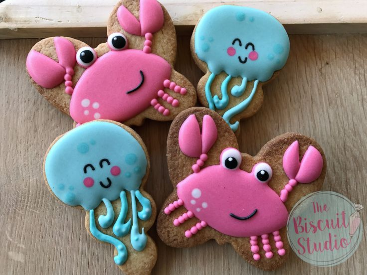 The Biscuit Studio #cookies #cookieicing #cookiedecorating #royalicingcookies #royalicing #underthesea #cookiestencils