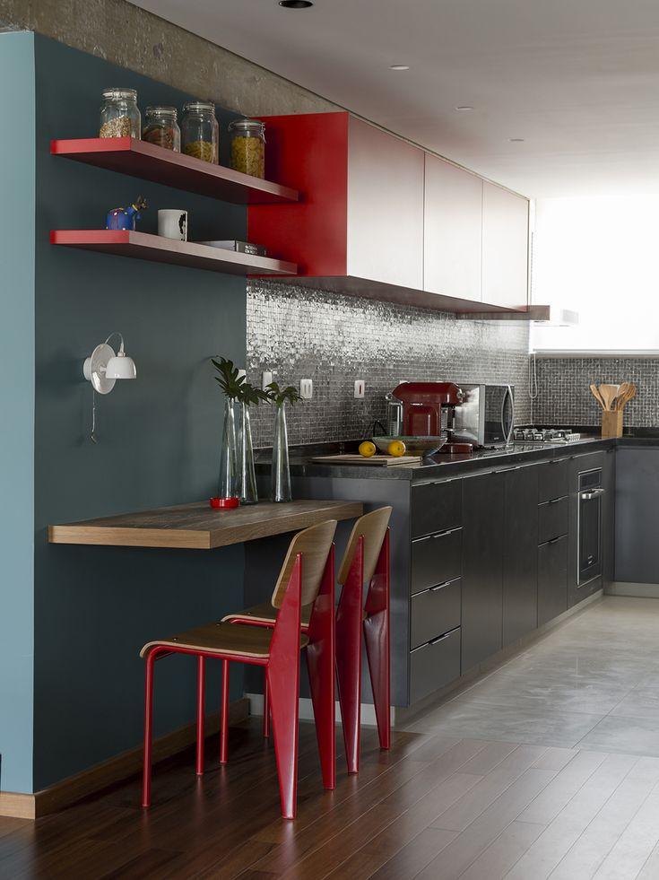 Cozinha corredor da DT Estudio. Espaço para refeições rápidas e armário vermelho.