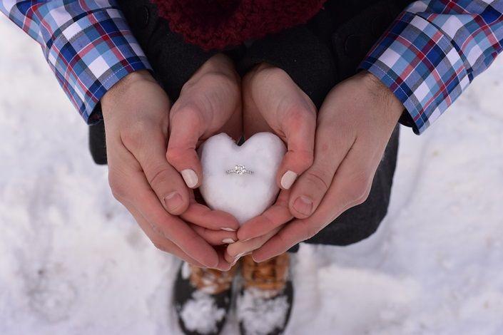 """Cirkev nás učí, že manželstvo môžeme uzavrieť len s jedným človekom """"až pokiaľ nás smrť nerozdelí"""". To však neznamená, že taký človek je len jediný na svete. Každý z nás v živote stretne viacero ľudí, s ktorými môže potencionálne budovať partnerský vzťah a neskôr vstúpiť do manželstva. Boh nám dáva slobodu a dáva nám na výber – tak ako aj vo všetkých..."""
