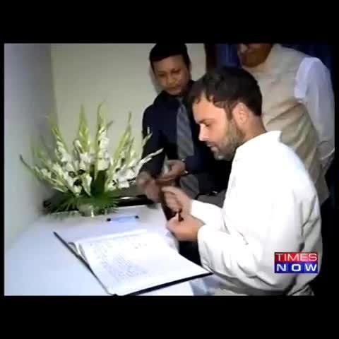 इस #papau को देश का प्रधानमंत्री बनना है, जीसे एक विज़िट बुक में अपना विचार लिखने के लिए मोबाईल में देखना पड़ता है।