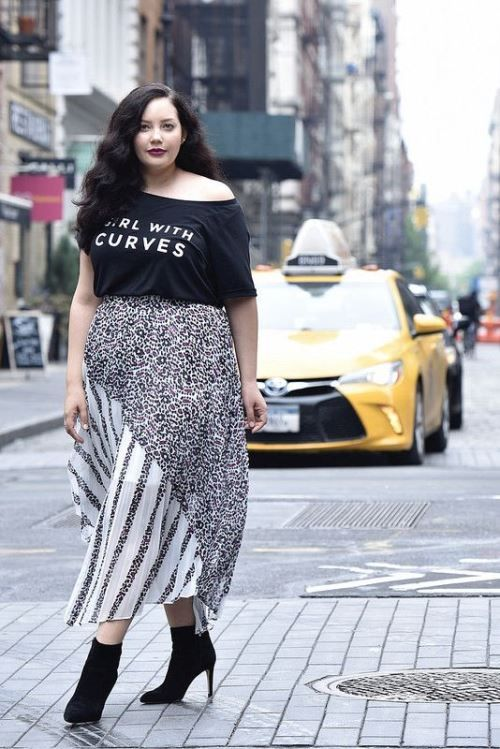 Hairdo To Compliment Plus Size Casual Outfit - Do not try to experiment  with your hairstyle just leave hair open so that it suits your cute casual  outfit. - Plus Size Christmas Outfits To Make Your Christmas Special Than Ever