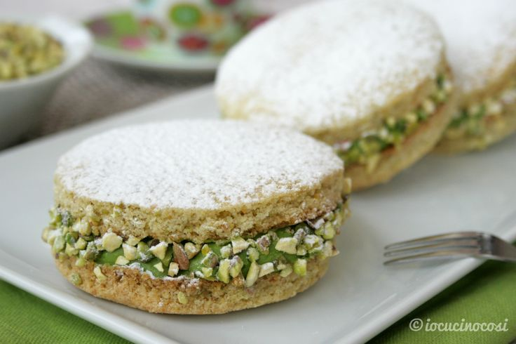Le deliziose al pistacchio sono dei biscotti di frolla al pistacchio, con crema al pistacchio e cioccolato bianco, ricoperti con granella di pistacchio.