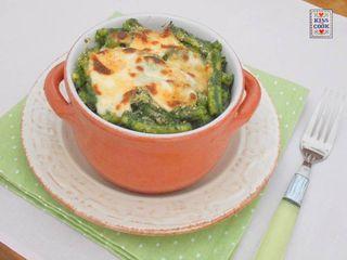 Pasta gratinata agli spinaci, facile da preparare, buona come lo sono sempre le paste gratinate. Gli spinaci vengono prima cotti e poi frullati insieme a noci, parmigiano, un po' d'olio, poi con la cr