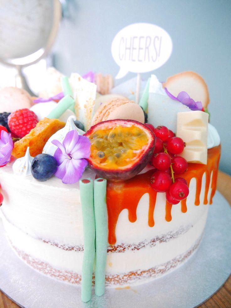 Mmm a lovely summer cake for a summer wedding!