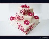 Svatební, sesazený marcipánový dort s marcipánovými květy.